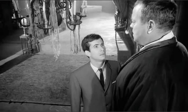 "Anthony Perkins face à Orson Welles dans son film ""Le procès"""